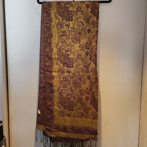 Delicate, reversable patterned scarf